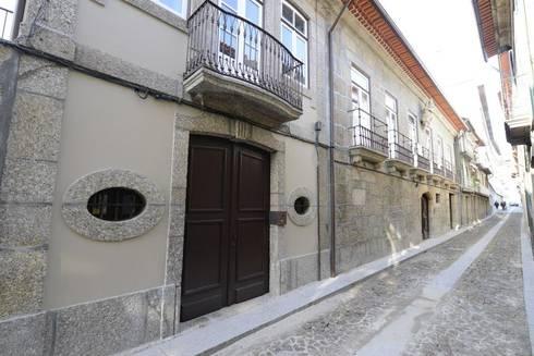 Reabilitação do Património Arquitectónico - Casa dos Araújo e Abreu - Centro Histórico de Guimarães: Casas minimalistas por Atelier fernando alves arquitecto l.da