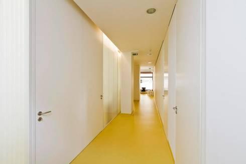 Clínica Médica e Dentária: Escritórios e Espaços de trabalho  por Atelier fernando alves arquitecto l.da