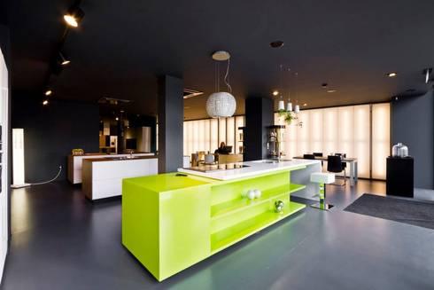 Showroom DL COZINHAS: Cozinhas modernas por Atelier fernando alves arquitecto l.da