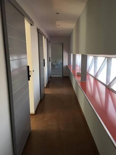 Pasillos y recibidores de estilo  por A4AC Architects