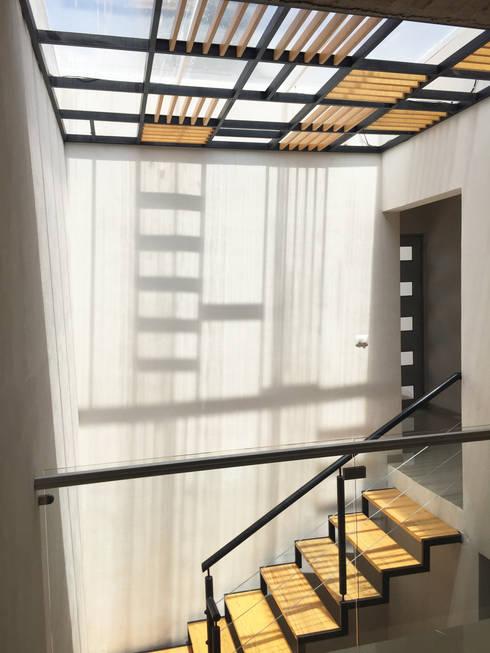 CASA EV: Pasillos y recibidores de estilo  por FERAARQUITECTOS