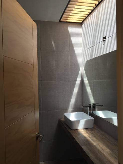 CASA EV: Baños de estilo  por FERAARQUITECTOS