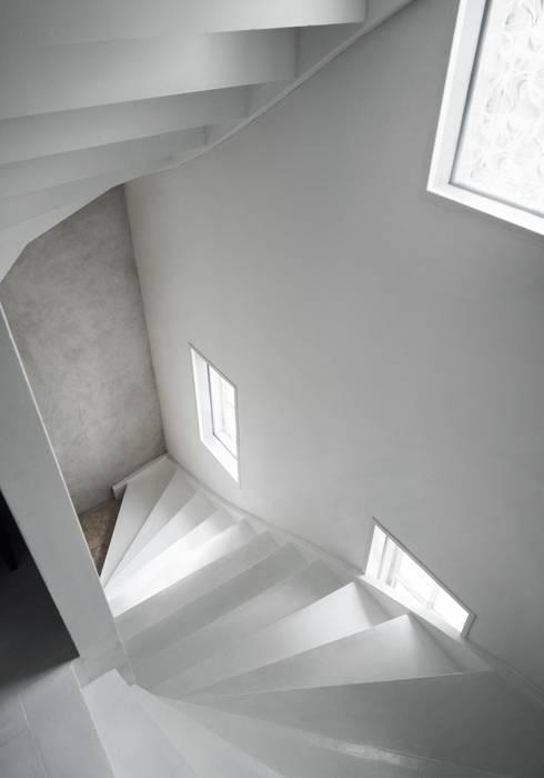 Il fascino dello stile nordico in una villa del '700: Ingresso & Corridoio in stile  di Design for Love