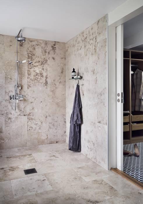 Il fascino dello stile nordico in una villa del '700: Bagno in stile in stile Scandinavo di Design for Love
