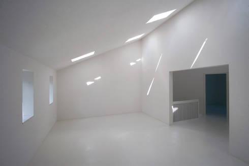 library in the attic: modern Study/office by brandt+simon architekten