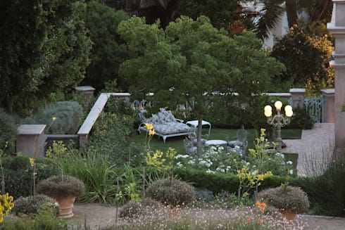Enigma Mansion: colonial Garden by Urban Landscape Solutions