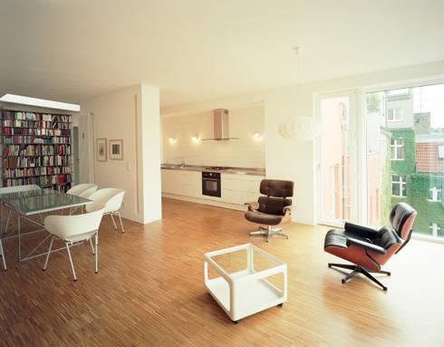 kitchen, living + dining room: modern Living room by brandt+simon architekten