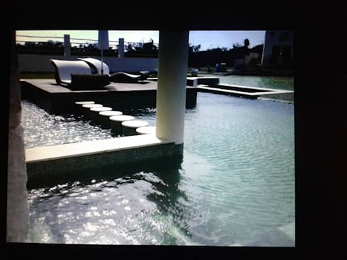 RESIDENCIA RESIDENCIAL LAGOS DEL SOL CANCUN: Albercas de estilo minimalista por sanmartiarquitectos