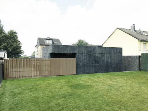 Rückseite mit Holztor: moderne Garage & Schuppen von ZHAC / Zweering Helmus Architektur+Consulting