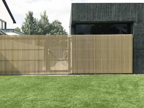 Detail Holztor und Ganzglasecke: moderne Garage & Schuppen von ZHAC / Zweering Helmus Architektur+Consulting