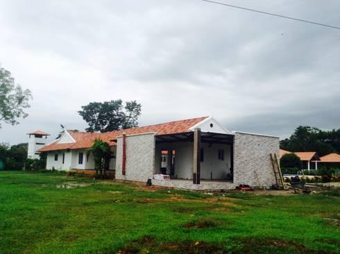 Casa Campestre - vista posterior: Casas de estilo tropical por ARQUITECTOnico