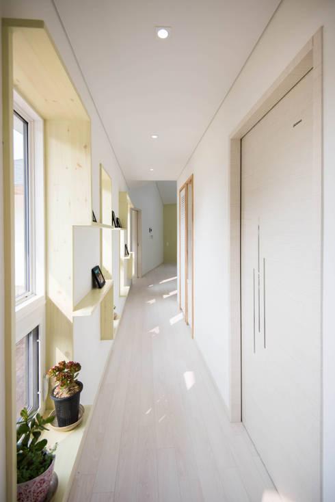 Corridor, hallway by 건축사사무소 재귀당