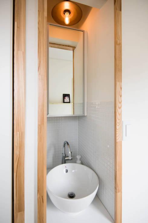 Bathroom by 건축사사무소 재귀당