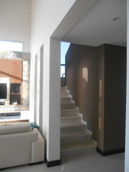 Pasillos y recibidores de estilo  por MABEL ABASOLO ARQUITECTURA