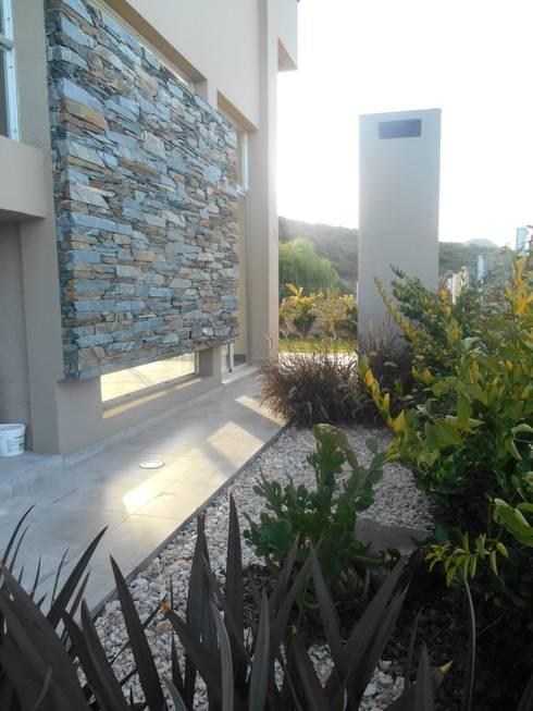 Jardines de estilo  por MABEL ABASOLO ARQUITECTURA