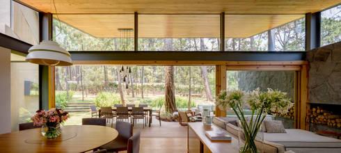 Sala, comedor y terraza - Casa 5: Salas de estilo moderno por Weber Arquitectos