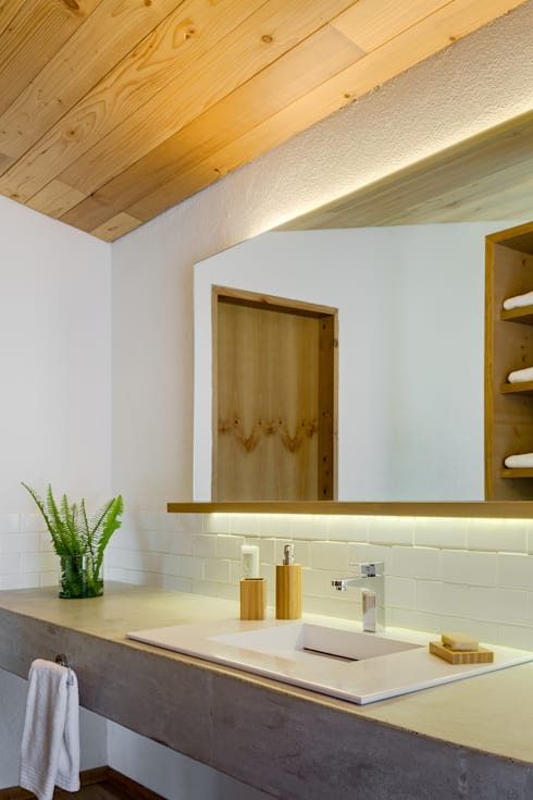 Detalle baño principal - Casa tipo: Baños de estilo  por Weber Arquitectos