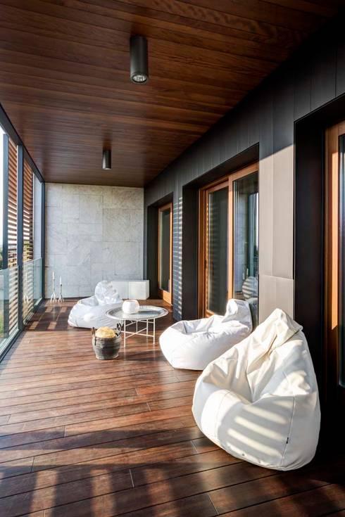 Interior with garden: Terrazza in stile  di mg2 architetture