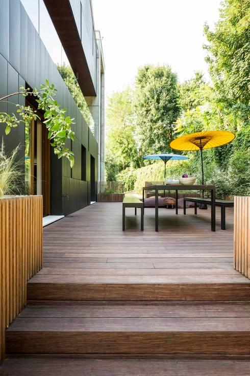 Interior with garden: Giardino in stile  di mg2 architetture