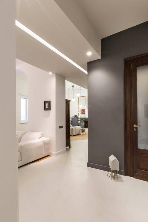 White and green: Ingresso & Corridoio in stile  di mg2 architetture