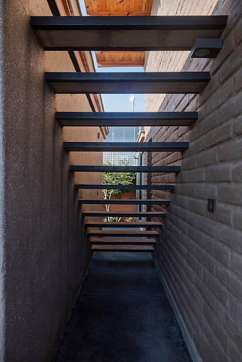 NIDO DE TIERRA: Casas de estilo  por MORO TALLER DE ARQUITECTURA