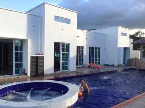 Casa Minimalista: Piscinas de estilo minimalista por ARQUITECTOnico