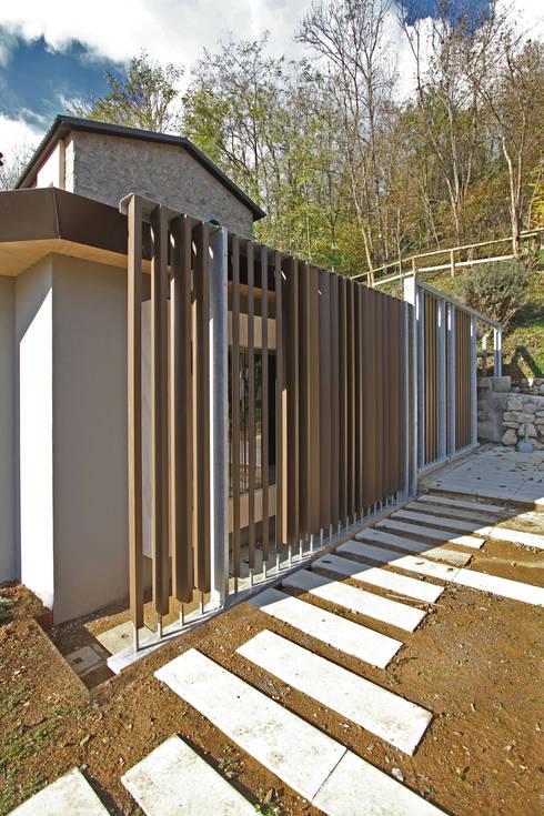 Piccolo Rifugio Privato in Collina: Case in stile  di sandra marchesi architetto