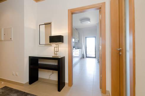 Projecto de decoração de interiores – Lagos Marina: Corredor, hall e escadas  por Simple Taste Interiors