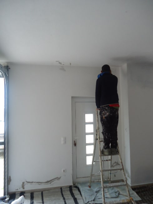 Infiltrações descobertas e reparadas, inicio das pinturas (antes): Garagens e arrecadações minimalistas por Atádega Sociedade de Construções, Lda