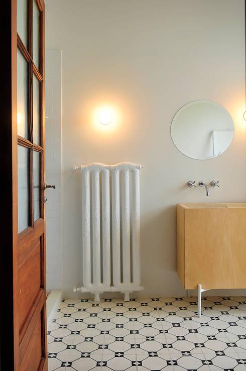 Casa SIRI · Paula Herrero   Arquitectura: Baños de estilo moderno por Paula Herrero   Arquitectura
