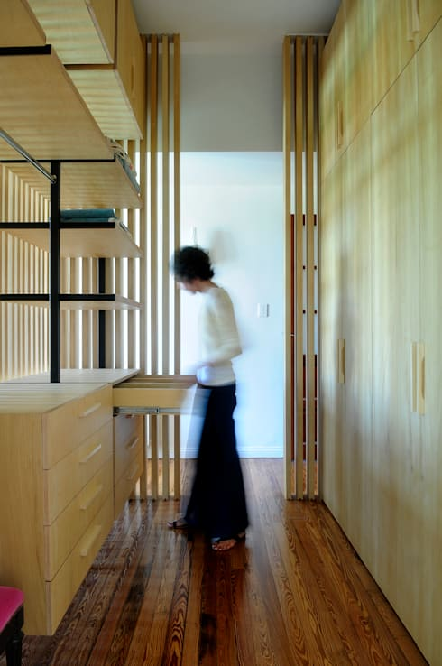 Casa SIRI · Paula Herrero | Arquitectura: Vestidores y placares de estilo  por Paula Herrero | Arquitectura