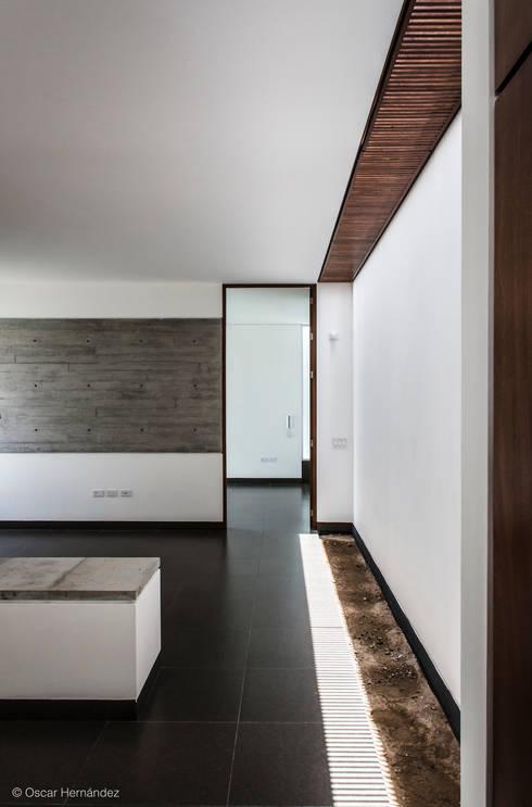 CASA T02 / ADI ARQUITECTURA Y DISEÑO INTERIOR :  de estilo  por Oscar Hernández - Fotografía de Arquitectura