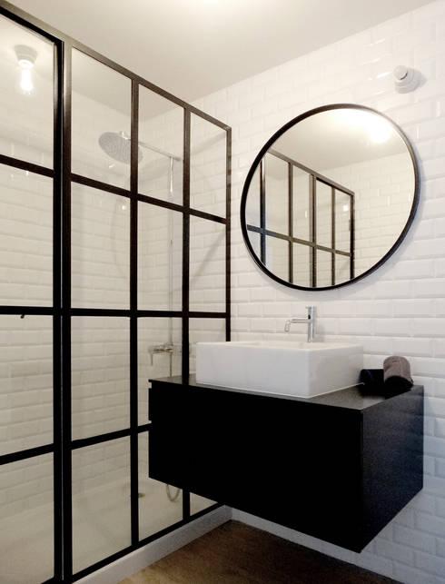 Casa Amaro: Casas de banho modernas por há.atelier