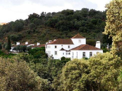 HERDADE VALMONTE HOTEL: Casas rústicas por pedro quintela studio