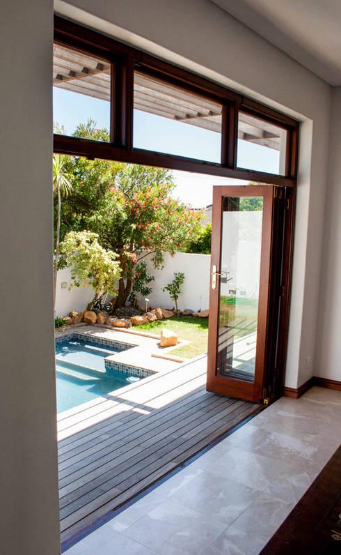 House Cape Town - Babett Frehrking Architect:  Living room by Babett Frehrking Architect