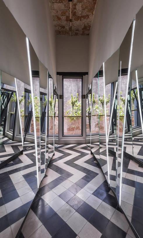 El Presidio Casa Bon : Pasillos y recibidores de estilo  por Germán Velasco Arquitectos