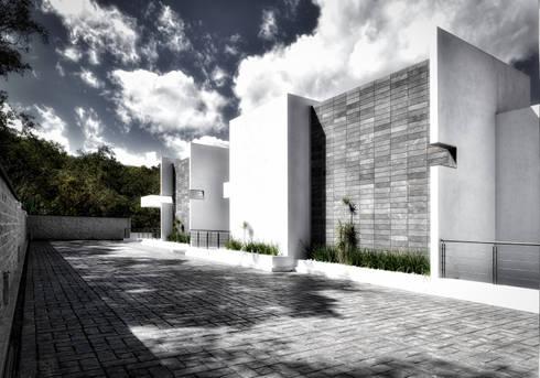 Tres Encinos: Casas de estilo minimalista por ArqCubo