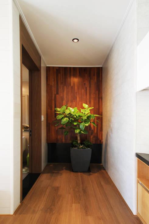 Corridor & hallway by 로이하우스