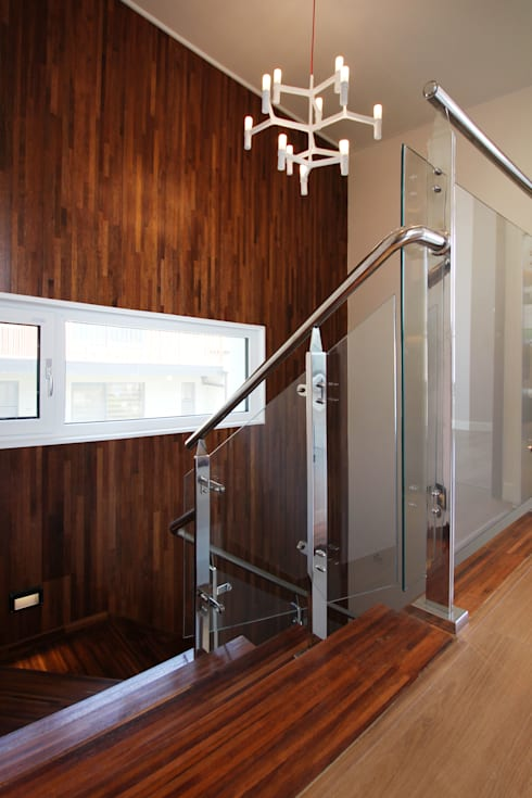 Pasillos y hall de entrada de estilo  por 로이하우스