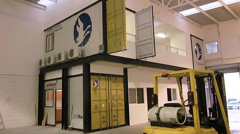 Volumetría conformada por contenedores marítimos simulando un puesto de embarque como representa la empresa: Oficinas y tiendas de estilo  por KALI diseño.MX