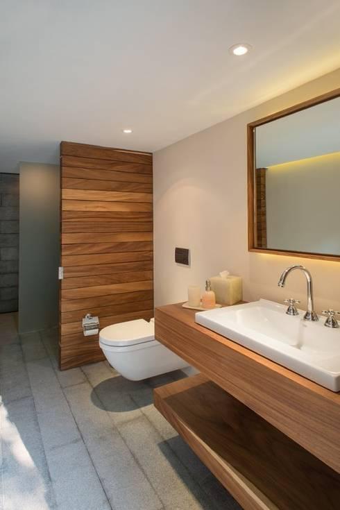 BAÑO  CASA DE PLAYA - PLAYA BONITA - ASIA: Baños de estilo minimalista por 3 DECO