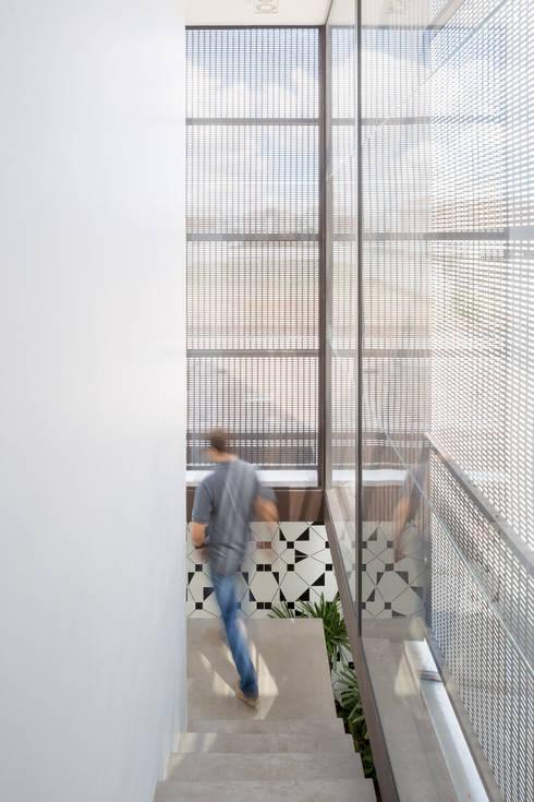 Casa LA - Esquadra Arquitetos + Yi arquitetos: Corredores e halls de entrada  por Joana França