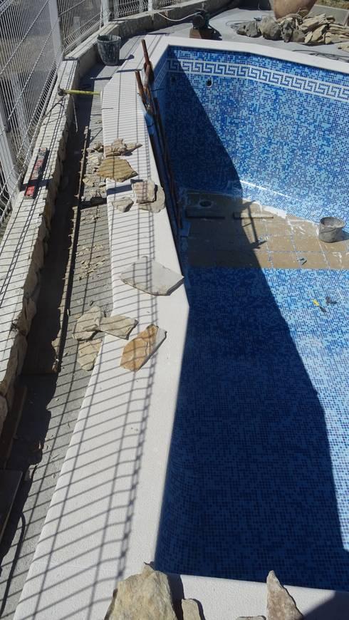 Piscina personalizada!: Piscinas mediterrânicas por Atádega Sociedade de Construções, Lda