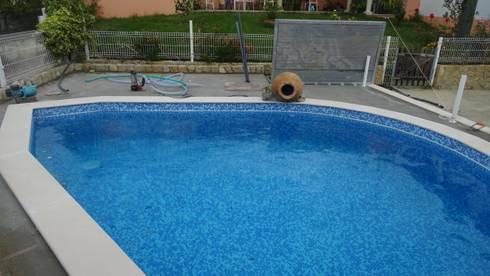 Construção de piscina personalizada!: Piscinas mediterrânicas por Atádega Sociedade de Construções, Lda