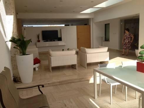 Proyecto Acarigua: Salas / recibidores de estilo moderno por THE muebles