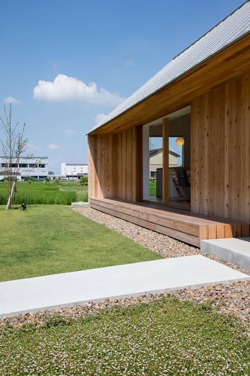 デッキテラスまわり/夏: hm+architects 一級建築士事務所が手掛けた家です。