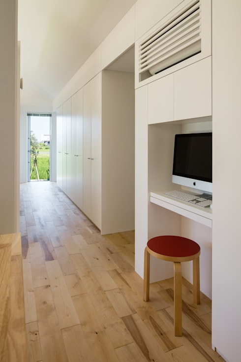 動線とコモンシェルフ、PCコーナー/夏: hm+architects 一級建築士事務所が手掛けた家です。
