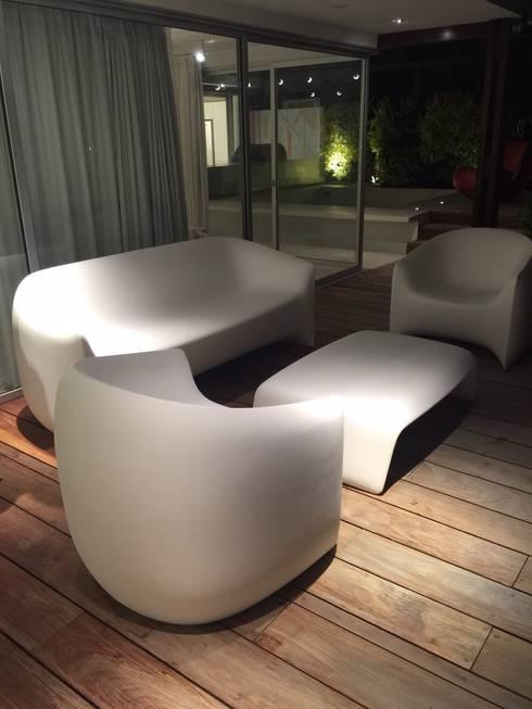 Proyecto Camurí: Terrazas de estilo  por THE muebles