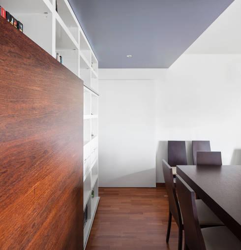 Apartamento Terraços da Ponte: Salas de estar ecléticas por Estúdio AMATAM