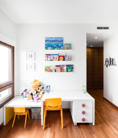 Apartamento Terraços da Ponte: Quartos de criança  por Estúdio AMATAM